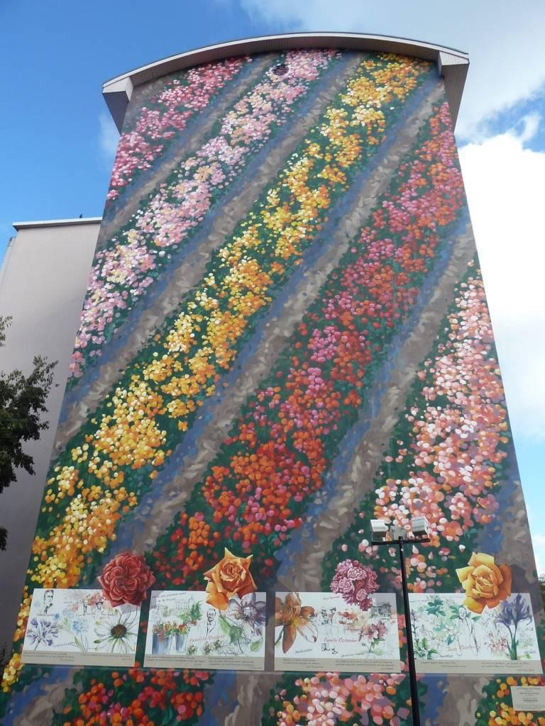 Fresque murale le Parcours des Roses dans la Métropole de Lyon en France