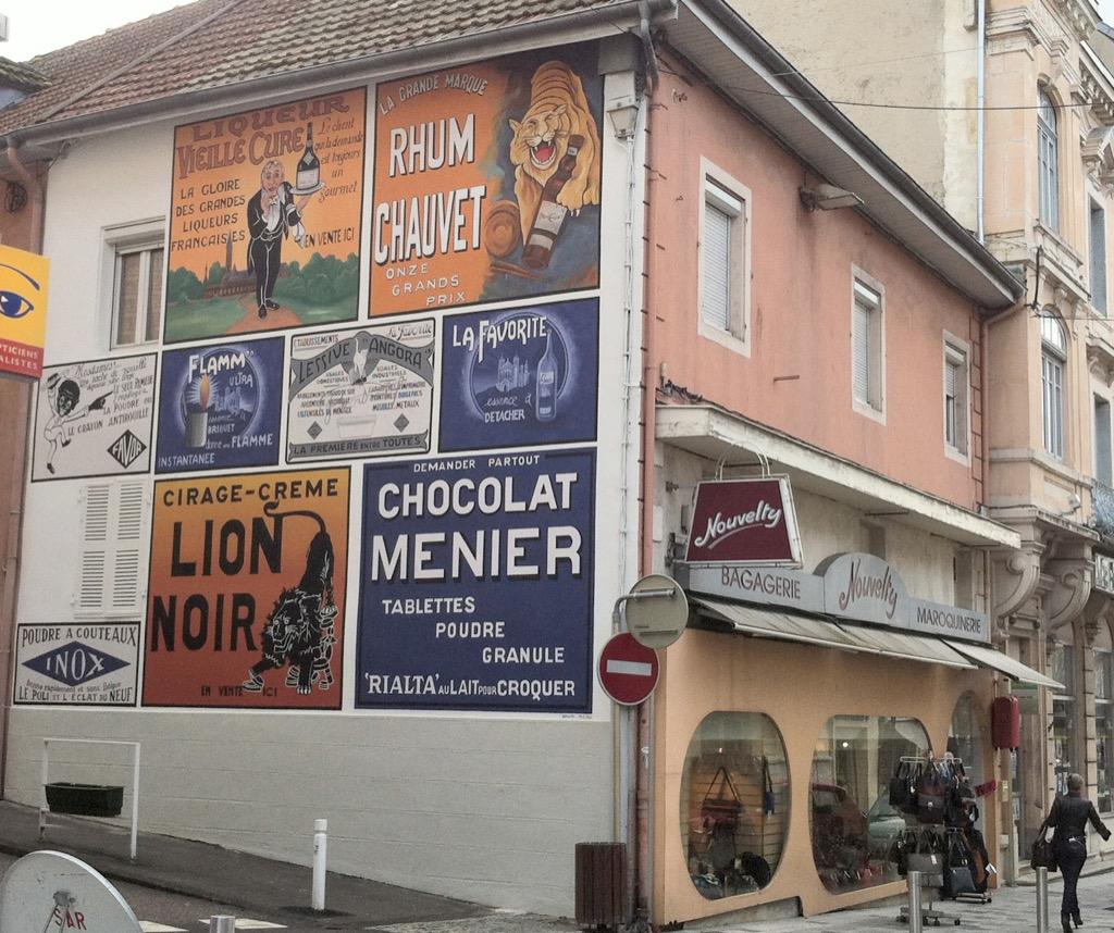 Les anciennes publicités - rue Sonthonnax - Oyonnax - France